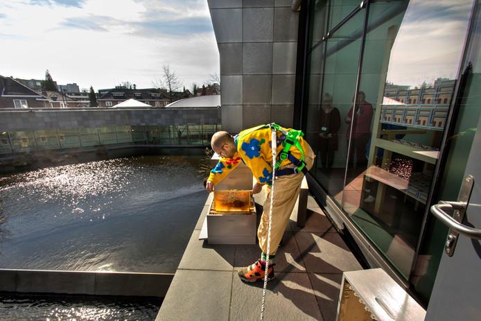 Imker Joost Jansen plaatst bijenkasten op het balkon van het Van Abbemuseum in Eindhoven.