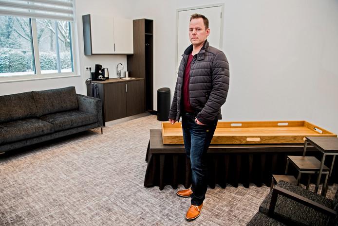 Arjen Hess in een van de familiekamers van het nieuwe rouwcentrum Afscheidshuis Hess in Rotterdam-Ommoord.