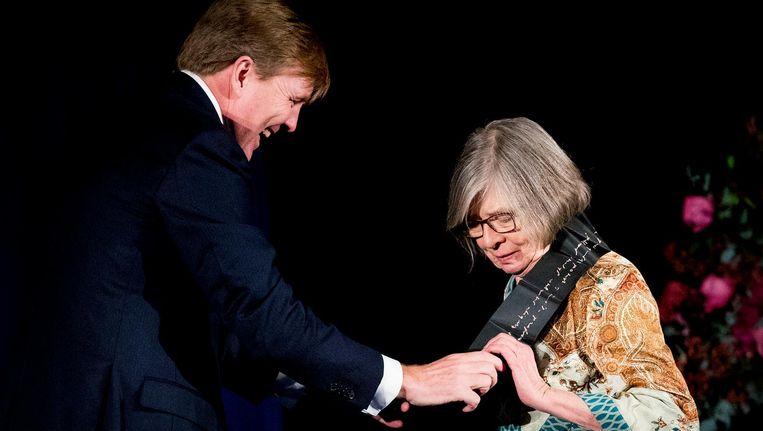Koning Willem-Alexander reikt in het Koninklijk Paleis op de Dam de Erasmusprijs uit aan de Amerikaanse journaliste en schrijfster Barbara Ehrenreich. Beeld ANP