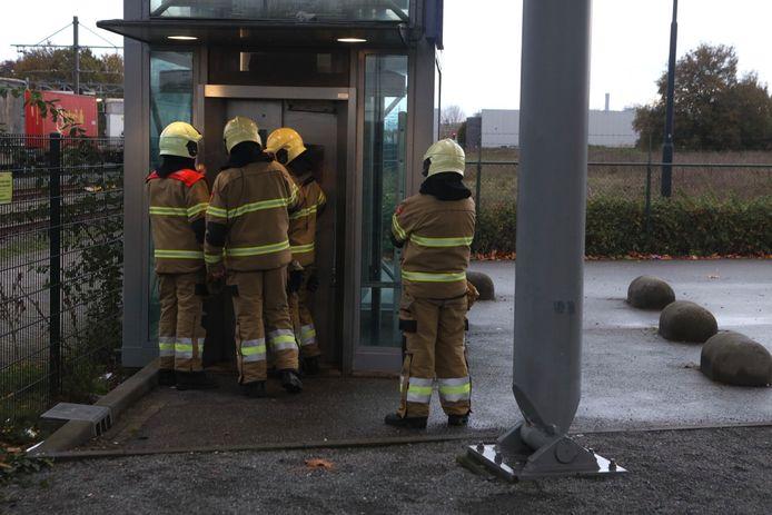 De brandweer bij de lift in Boxtel.