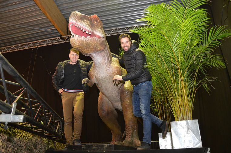 Steven Van Bont en Jeroen De Vroede van Veaudeville bij één van de dinosauriërs voor hun oudejaarsfeest in Ninove.