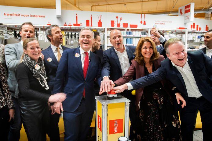 Het eerste Hema-schap in een Jumbo-winkel is een feit. Breda heeft de primeur. De opening wordt verricht door onder meer Tjeerd Jegen (Hema, tweede van links) en Frits van Eerd (in het midden).