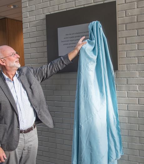 Wethouder onthult plaquette tegen discriminatie in Tholen