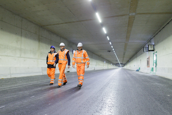 Werner Hulst (TKH), Johan Abbink (Eaton) en Bert Waterink (HITEC) lopen door de nieuwe tunnel.