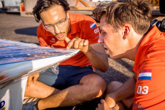 Leden van het Vattenfall Solar Team inspecteren de NunaX na het ongeval.