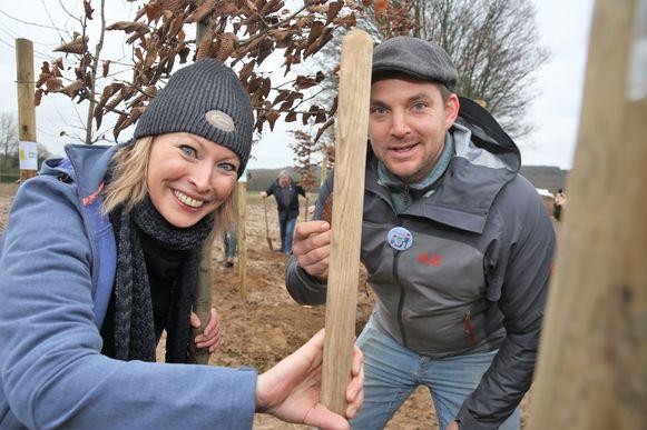 Roos Van Acker en Koen De Rijck van Plan Boommarter aan de slag op de plantactiedag voor het Hallerbos.