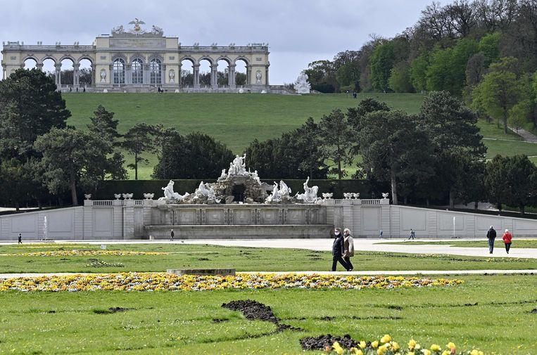 Wandelaars in Bundesgarten Schoenbrunn in het stille Wenen. Beeld AFP