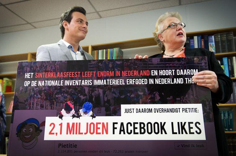 Bas Vreugde, een van de twee bedenkers van de zogeheten Pietitie op Facebook, overhandigt de ruim 2,1 miljoen likes van de petitie aan directeur Ineke Strouken van het Nederlands Centrum voor Volkscultuur en Immaterieel Erfgoed. Beeld anp