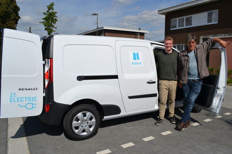 Voorzitter Arthur Orlians en ondervoorzitter Bert Delanoeijen bij een van de nieuwe elektrische bestelwagens van Woonpunt