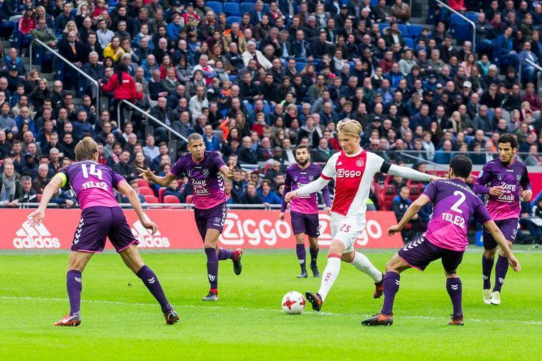Na de 0-1 zette Ajax veel druk, maar FC Utrecht verdedigde stug. Beeld anp
