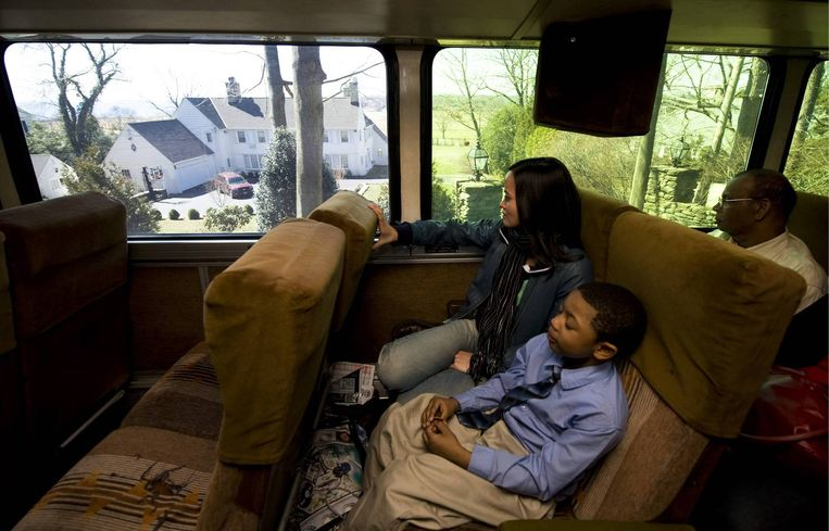 De bus passeert de villa van AIG-topfunctionaris James Haas in Fairfield, Connecticut. Foto AP/Douglas Healey Beeld