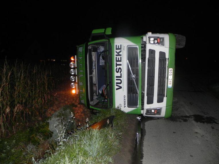 De truck kantelde langs de weg waardoor de lading knolselder op het veld terecht kwam.