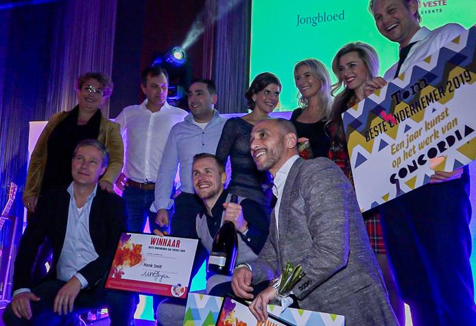 Groepsfoto van de winnaar. Gehurkt in het midden Beste Ondernemer, Henk Smit. Naast hem, ook gehurkt, Tarik El Hamdoui van DifferIT uit Enschede, het fitste bedrijf.