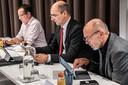 Wethouder Oscar Dusschooten (VVD, midden) met naast hem collega's Mario Jacobs (GroenLinks, links) en Rolph Dols (CDA, rechts).