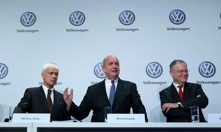 In het midden de voorzitter van de ondernemingsraad Bernd Osterloh.