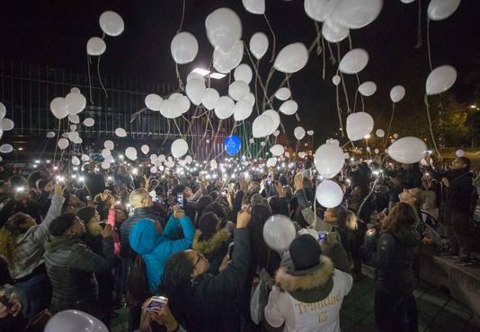 Een paar dagen na de dood van Ezra was er een stille tocht en lieten mensen witte ballonnen op bij Omnium in Goes.