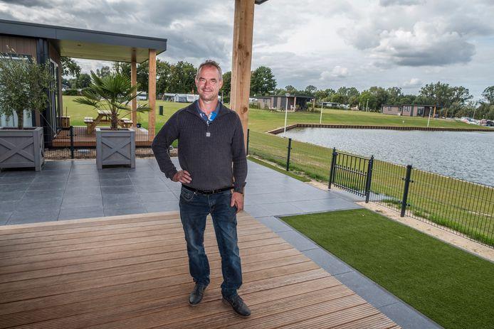 Sander Peters van recreatiepark 't Loo, tussen de nieuwe chalets aan het water in Linden.
