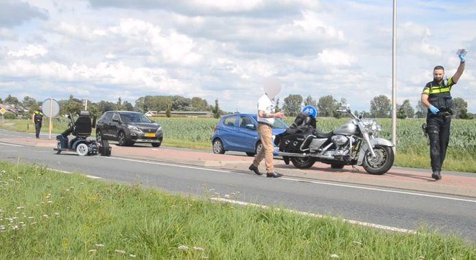 De weg is afgesloten na het ongeluk in Wamel.