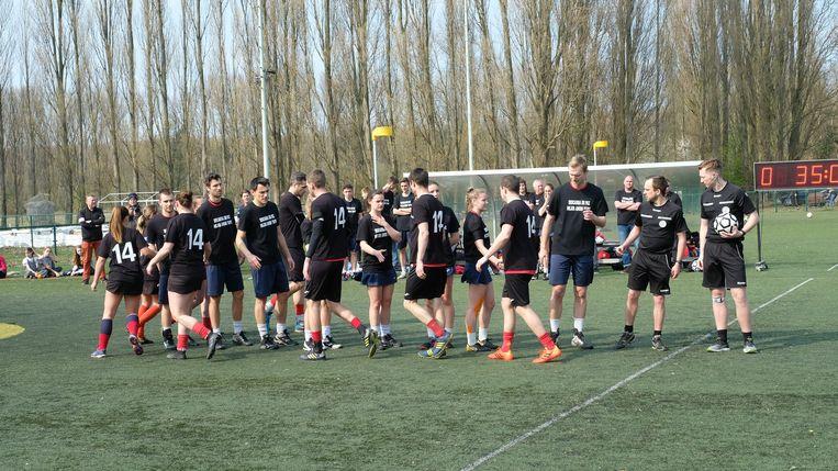 Alle spelers droegen een t-shirt met het nummer 14 op.
