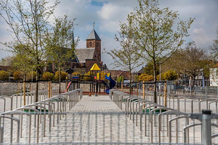 De in aanbouw zijnde parkeerplaats/speelvoorziening/fietsenstalling tegenover het stadhuis op de Verdilaan in Naaldwijk.