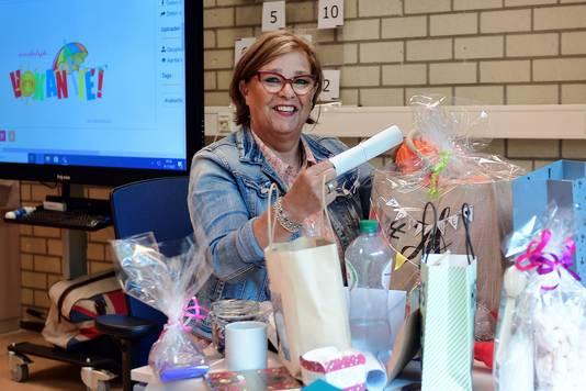 Juf Monique van Aalst van basisschool De Lavoor heeft allerlei cadeautjes van leerlingen gekregen