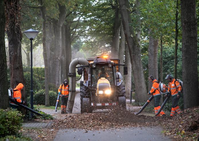 bladblazers van Senzer aan het werk aan de Jan Eltenstraat in Stiphout Helmond