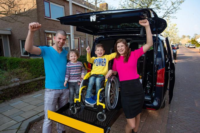 Gejuich in IJsselmuiden in het gezin van Sven. De rolstoelbus is binnen!