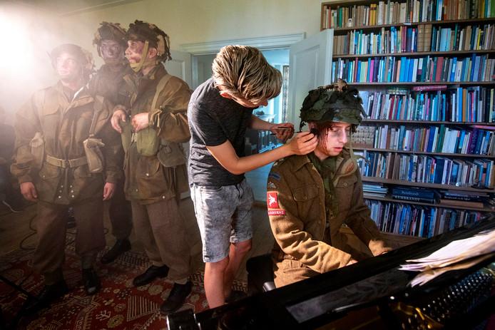 De hoofdwond van Newy van Hedel wordt tijdens de filmopnamen voor Bridge to Liberation Experience bijgewerkt. Foto: Gerard Burgers.