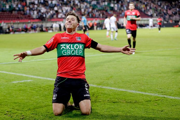 Ole Romeny viert een van zijn twee goals tegen Telstar.