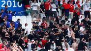 Hongaren schoppen al rel voor aftrap in tribunes in Marseille