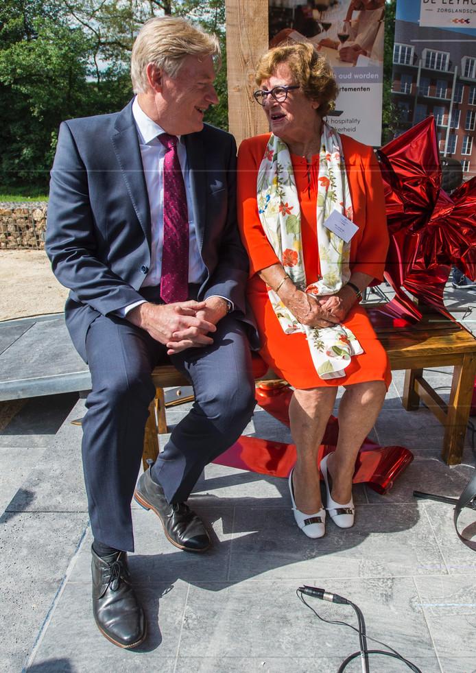 Staatssecretaris van Rijn samen met mevrouw van der Net (bewoonster van het eerste uur).