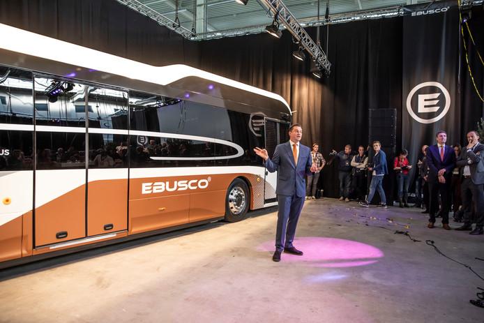 Directeur Peter Bijvelds van Ebusco presenteert de nieuwe bus met een carrosserie van composiet.