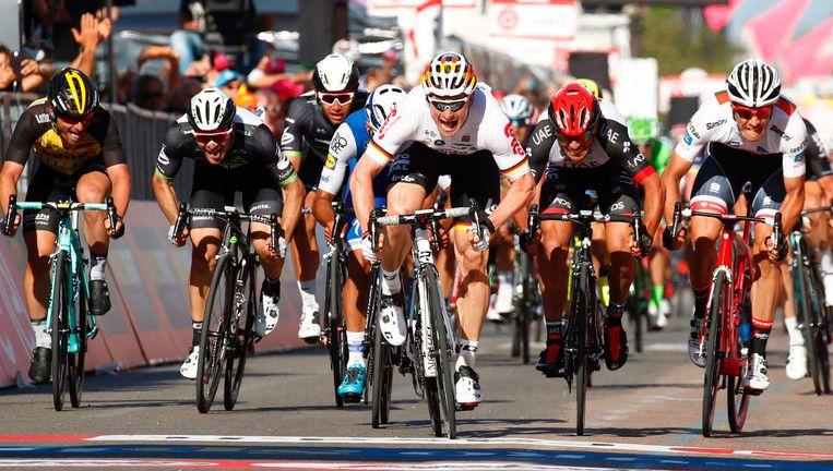 André Greipel sprint naar de winst in de tweede Giro-etappe, zaterdag in Tortoli op Sardinië. Beeld afp