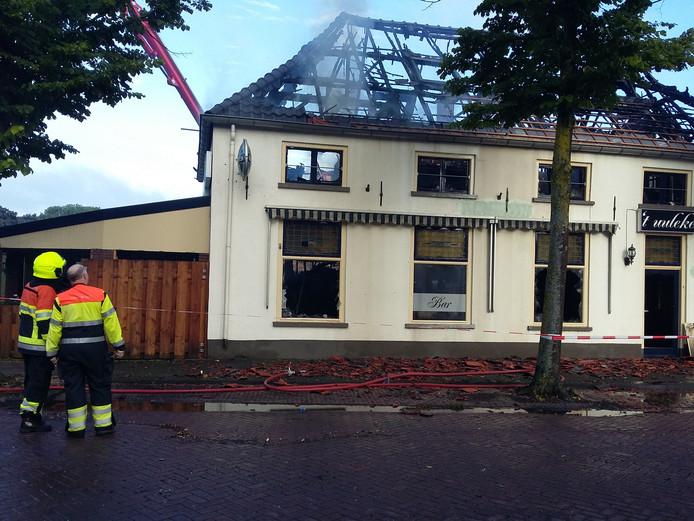 Café 't Uuleke in Ewijk is zwaar beschadigd geraakt door de brand.