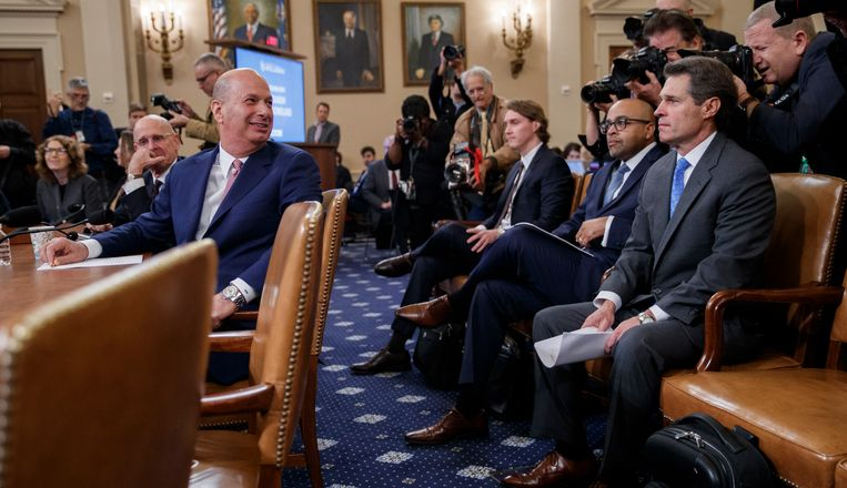 Gordon Sondland, de Amerikaanse ambassadeur bij de Europese Unie, kijkt lachend achterom voordat hij gaat getuigen in het Huis van Afgevaardigden. Beeld EPA