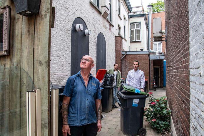 Kurt Dikmans inspecteert met Vincent Viola (midden) en Boaz Struik (rechts) het vieze steegje van de Oude Markt. Hij is sceptisch over de oplossing, waarbij iedere zaak en woning één sleutel krijgt.