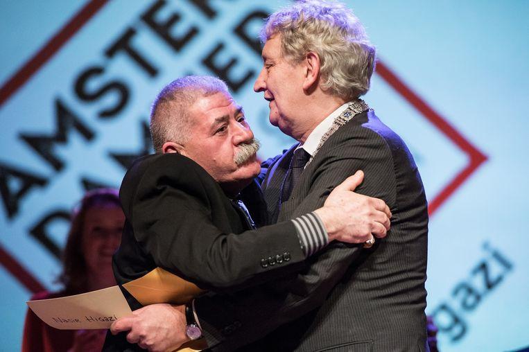 Higazi omhelst Van der Laan nadat hij hoort dat hij Amsterdammer van het Jaar 2015 is Beeld Mats van Soolingen
