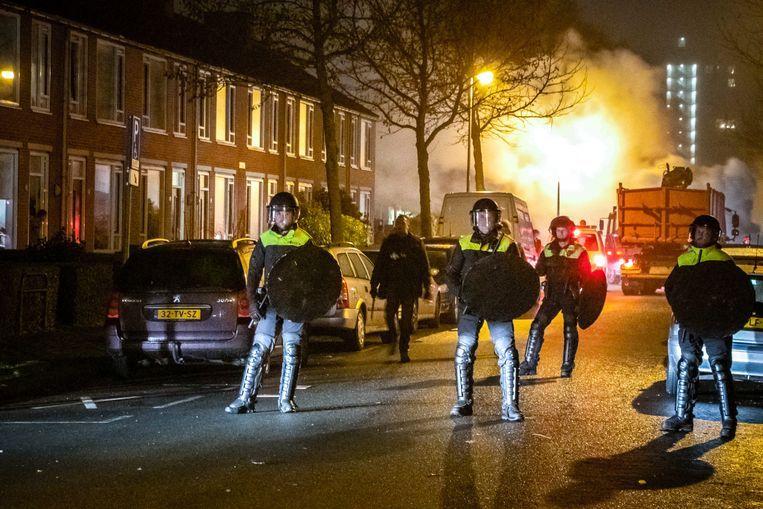 In de Voermanstraat in de Groningse wijk Paddepoel moest de Mobiele Eenheid zondagavond ingrijpen om de onrust in de buurt te doen stoppen. Beeld ANP