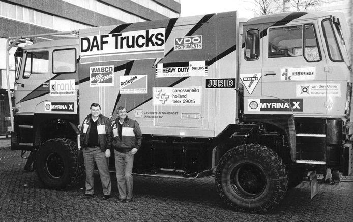 Chauffeur Jan de Rooy (l) en mecanicien Joop Roggeband voor de DAF-vrachtwagen, waarmee zij samen met navigator Yvo Geussens in januari 1984 aan de rally Parijs-Dakar zullen meedoen.