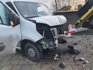Twee bestelwagens gebotst op kruispunt in Kontich