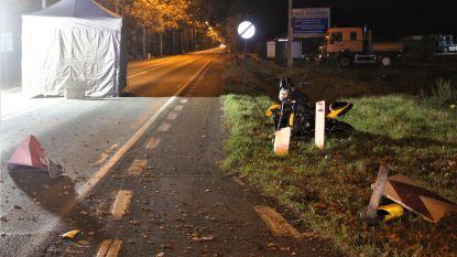 Motorrijder sterft na klap tegen verkeersborden