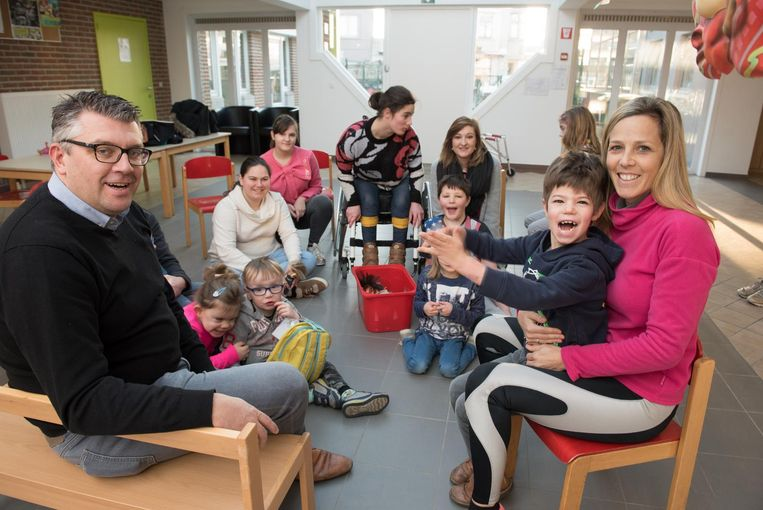 Kristophe Thijs en Filip Meirhaeghes echtgenote Kelly Hessens in KBO Levensblij, waar ouders deze week voor het eerst zelf een opvang organiseren.