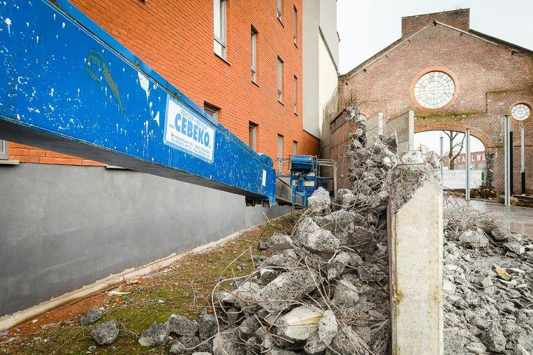 De onvergunde muur werd al deels afgebroken, maar toen bleek dat hiervoor ook geen vergunning was, werden de werken stilgelegd.