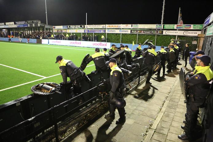 Direct na de wedstrijd zijn meerdere agenten het veld opgegaan om supporters van beide clubs rustig te houden.