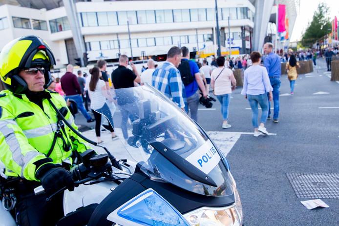 Politie bij het Philips Stadion (archieffoto).
