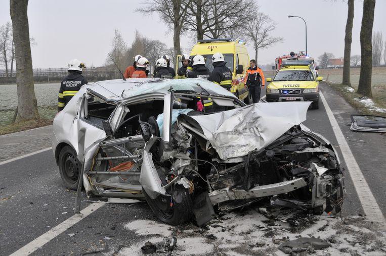 Een 61-jarige vrouw raakte levensgevaarlijk gewond nadat ze met haar auto tegen een boom botste in de Heirstraat in Lotenhulle.