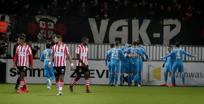 Twente viert een feestje op het veld na het verslaan van Sparta.