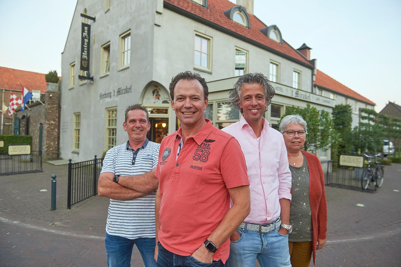 De vier initiatiefnemers van de aankoop van 't Mirakel te Boerdonk. vlnr. Maarten Kanters,  Antoon Donkers, Coen Hendriks en Ria Vilier.