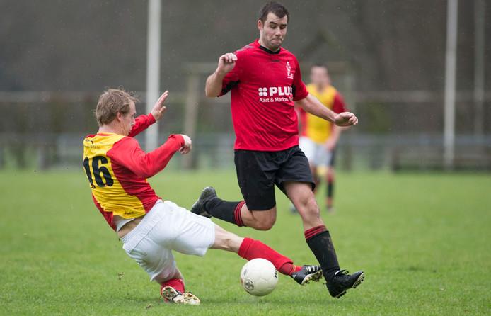 Harskamp verliest ook van tien spelers van De Paasberg. Op deze archieffoto (met Luc Riezebos rechts van Harskamp) wonnen de Harskampers nog van Veluwse Boys.