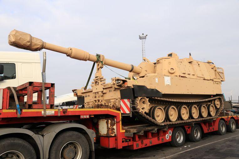 Met diepteladers worden de zwaardere M1 Abrams in konvooi vervoerd
